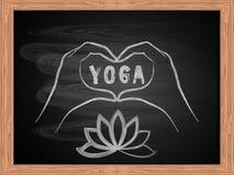 Белый чертеж мела рук делая форму сердца на дизайне классн классного школы плоском Концепция йоги влюбленности Стоковая Фотография RF