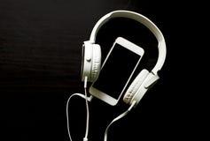 Белый шаблон знамени smartphone и наушников с местом текста Стоковые Изображения RF