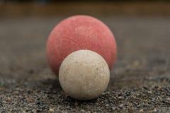 Белый шарик Bocce при красный центризованный шарик Стоковые Фото