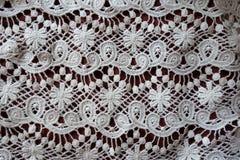 Белый шнурок на каштановой ткани стоковая фотография rf