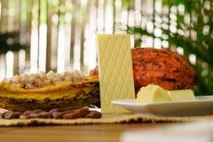 Белый шоколадный батончик, сырцовый плодоовощ какао, фасоли какао, масло какао на деревянном столе Стоковое Фото