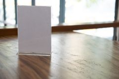 белый ярлык в кафе выставочная витрина для акриловой карточки шатра в кофейне рамка меню модель-макета на таблице в бар-ресторане Стоковые Изображения