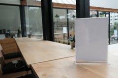 белый ярлык в кафе выставочная витрина для акриловой карточки шатра в coff стоковое изображение