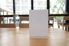 белый ярлык в кафе выставочная витрина для акриловой карточки шатра в coff стоковые фотографии rf