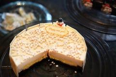 Белый cheesecake шоколада на праздники стоковая фотография