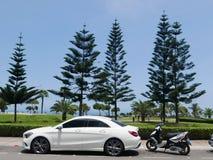 Белый CLA 180 Мерседес-Benz припаркованный в Лиме стоковые фото