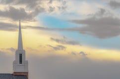 Белый steeple против облачного неба в долине Юты стоковые изображения rf