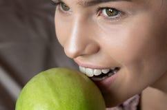 Белыми Яблоко сдержанное зубами зеленое МЕДИЦИНСКАЯ принципиальная схема Здоровье и красотка стоковое фото rf