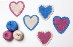 Белым розовым голубым сердце связанное вязанием крючком Стоковое Изображение RF