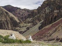 2 белых больших буддийских stupas расположены перед ущельем высокой горы, Гималаями Стоковое фото RF