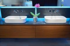 2 белых верхних washbasins Стоковое Изображение RF