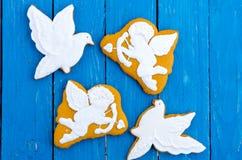 2 белых голубя и 2 купидона Предпосылка бирюзы деревянная Плоское положение Стоковая Фотография RF