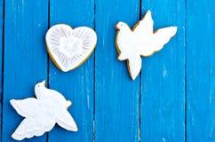 2 белых голубя и сердце Печенья имбиря в поливе шоколада Плоское положение Стоковые Изображения RF