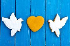 2 белых голубя и сердце Состав в центре Валентайн дня s Плоское положение Стоковые Изображения
