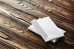 2 белых конверта с письмами на старой деревянной темной предпосылке Пробелы для дизайнера Концепции, идеи для почтовых служб и e Стоковое Изображение RF