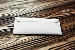 2 белых конверта с письмами на старой деревянной темной предпосылке Пробелы для дизайнера Концепции, идеи для почтовых служб и e Стоковая Фотография RF