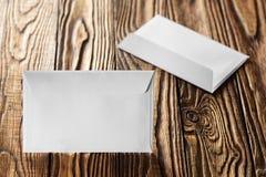 2 белых конверта с письмами на старой деревянной темной предпосылке Пробелы для дизайнера Концепции, идеи для почтовых служб и e Стоковые Изображения