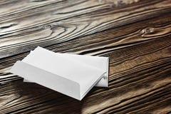 2 белых конверта с письмами на старой деревянной темной предпосылке Пробелы для дизайнера Концепции, идеи для почтовых служб и e Стоковые Фотографии RF