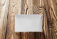 2 белых конверта с письмами на старой деревянной темной предпосылке Пробелы для дизайнера Концепции, идеи для почтовых служб и e Стоковое Изображение