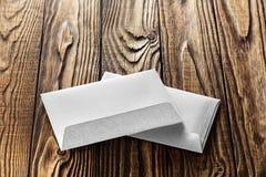 2 белых конверта с письмами на старой деревянной темной предпосылке Пробелы для дизайнера Концепции, идеи для почтовых служб и e Стоковые Изображения RF
