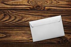2 белых конверта с письмами на старой деревянной темной предпосылке Пробелы для дизайнера Концепции, идеи для почтовых служб и e Стоковое Фото