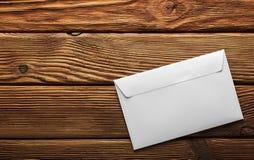 2 белых конверта с письмами на старой деревянной темной предпосылке Пробелы для дизайнера Концепции, идеи для почтовых служб и e Стоковые Фото