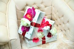 2 белых коробки захвата na górze кресла Белые и розовые розы и белые жемчуга на верхней части Подарочная коробка 2 белизн Стоковое фото RF