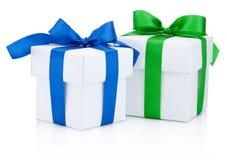 2 белых подарочной коробки связали голубое и зеленый смычок ленты изолировал o Стоковое Изображение RF