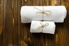 2 белых полотенца на деревянной предпосылке Стоковое Фото