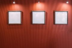 3 белых пустых рамки на красной стене Стоковое фото RF