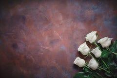 6 белых роз на красивой каменной предпосылке Космос для ярлыка Стоковые Изображения RF