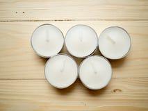 5 белых свечей на деревянной предпосылке Стоковые Фотографии RF