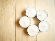5 белых свечей на деревянной предпосылке Стоковое фото RF