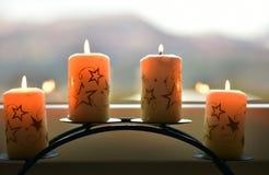 4 белых свечи с звездами на силле окна Стоковое Фото