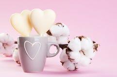2 белых сердца конфеты шоколада на пинке Стоковая Фотография