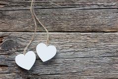 2 белых сердца на деревенской деревянной предпосылке Стоковая Фотография RF