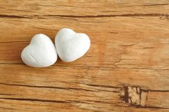 2 белых сердца полистироля на деревянной предпосылке Стоковые Фотографии RF