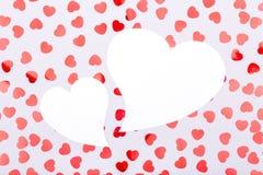 2 белых сердца с confetti сердца яркого блеска День валентинки conc Стоковые Изображения RF