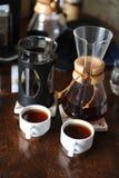 2 белых чашки и кувшина с кофе Дегустация и сравнение Стоковые Фотографии RF