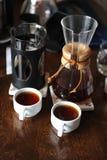 2 белых чашки и кувшина с кофе Дегустация и сравнение Стоковое фото RF