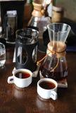 2 белых чашки и кувшина с кофе Дегустация и сравнение Стоковое Изображение