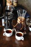 2 белых чашки и кувшина с кофе Дегустация и сравнение Стоковые Изображения