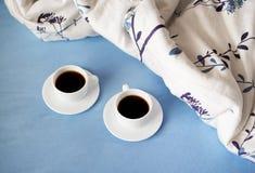 2 белых чашки кофе в кровати Стоковые Изображения RF
