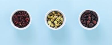 3 белых шара с гибискусами, Ironwort и диким розовым чаем, на голубой предпосылке стоковое фото
