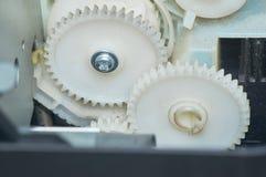 2 белых шестерни соединенной в приборе Конец-вверх Стоковая Фотография
