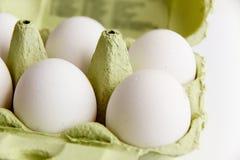 6 белых яичек в открытом зеленом пакете Стоковое Изображение