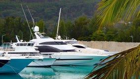 4 белых яхты в порте в Сейшельских островах Стоковые Фотографии RF