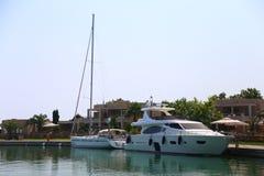 2 белых яхты на пристани Halkidiki Sithonia Стоковое Изображение RF