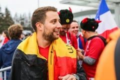 Бельгийские вентиляторы с флагами и костюмами Стоковые Фотографии RF