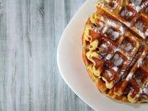 Бельгийские waffles в белой плите на деревянном столе Стоковые Изображения RF